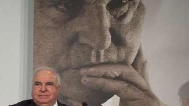 Helmut Kohl nimmt Thierses Entschuldigung an