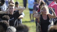 Hoffen auf Lebenszeichen: Angehörige warten nach dem Massaker in Florida in der Nähe des Schulgeländes.