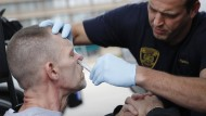 Ein Arzt in Cincinnati verabreicht Naloxon an einen Mann, um auf eine mögliche Überdosis zu reagieren. Der Prozess um die Opioid-Epidemie hat in den Vereinigten Staaten begonnen.