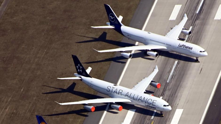 Geparkt: Lufthansa-Flugzeuge auf der Frankfurter Nordwest-Landebahn