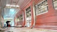 Unter Zugzwang: Arbeiten an einem Regionalzugwagen im Siemens-Werk Krefeld