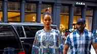 Hauptsache, es wirkt irgendwie exotisch: Rihanna in einem Kaftan von Dolce & Gabanna.