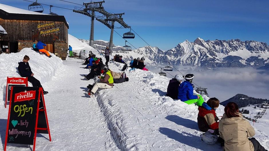 Nicht auf der Terrasse, sondern im Schnee genießen die Sonnenanbeter im Skigebiet Flumserberg ihre Rast.