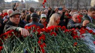 In Moskau gedenken viele Menschen den Opfern des Anschlags in der St. Petersburger U-Bahn.