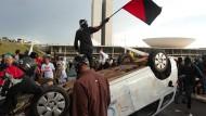 Volkszorn: Bevölkerung protestieren gewaltsam gegen die korrupte Regierung.