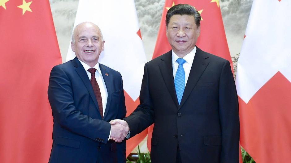 Heikler Pakt: Der Schweizer Finanzminister Maurer und Chinas Staatschef Xi Jinping 2019