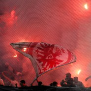 """Frankfurt Fans zünden vor dem Anpfiff Feuerwerkskörper am 07.05.2011 in der Commerzbank Arena. Innenminister Beuth fordert die Vereine auf, """"gewaltbereiten Chaoten"""" keine Bühne zu bieten."""