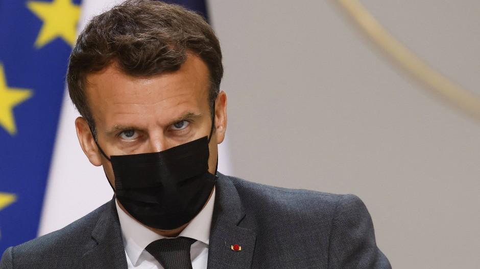 Frankreichs Präsident wurde von einem Mann geohrfeigt.