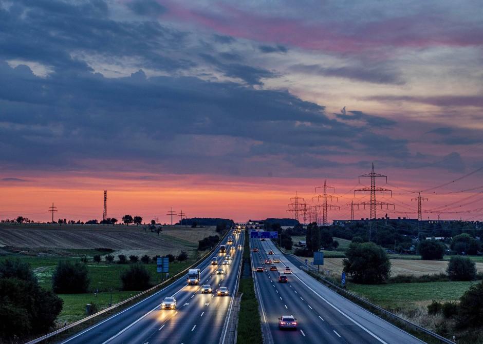 Pendelverkehr am frühen Morgen auf der Autobahn in der Nähe von Frankfurt.