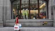 Eine Frau beim Einkaufen auf der Fifth Avenue in New York