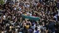 Eine Menschenmenge versammelt sich in Istanbul um den Sarg des am Donnerstag getöteten Ugur Kurt