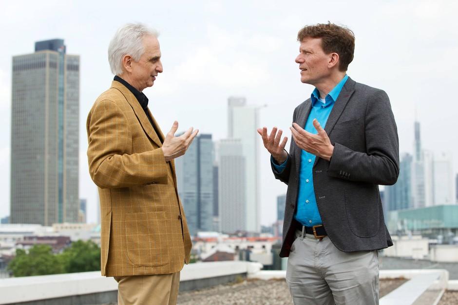 Martin Dornes (links) und Hartmut Rosa streiten auch noch beim Fototermin auf dem Dach der F.A.Z.-Redaktion.