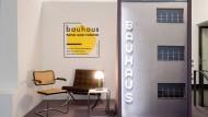 Lichtgestalt: In der Ausstellung werden Bauhaus-Entwürfe wie die legendäre Wagenfeldlampe gezeigt.