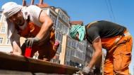 Wer draußen arbeitet, ist besonders gefährdet: Für einen leichten Sonnenbrand reichen schon 20 Minuten Sonnenstrahlung.