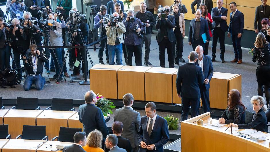Der thüringische AfD-Fraktionsschef Björn Höcke gratuliert Thomas Kemmerich im Mai 2020 zu seiner Wahl zum MInisterpräsidenten.