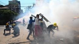 Polizisten schießen auf Demonstranten