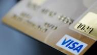 Visa-Kreditkarten gibt es schon lange. Jetzt will der Kreditkartenanbieter auch eine eigene Debitkarte herausgeben.