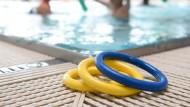 Ein Schwimmlehrer soll in Baden-Württemberg über 190 Kinder sexuell missbraucht haben. (Archivbild)