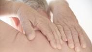 Rückenschmerzen können für die Betroffenen zur Qual werden.