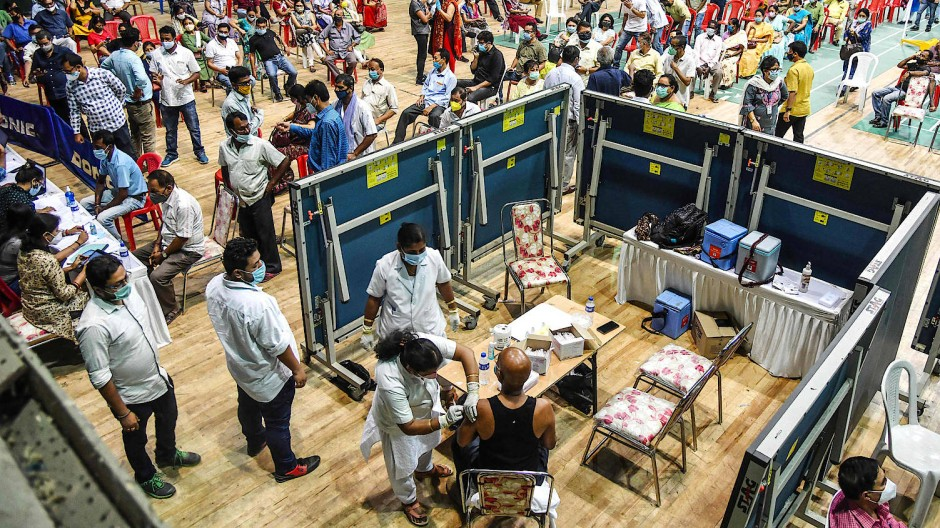 Im indischen Guwahati erhalten die Bürger den Impfstoff Covaxin.