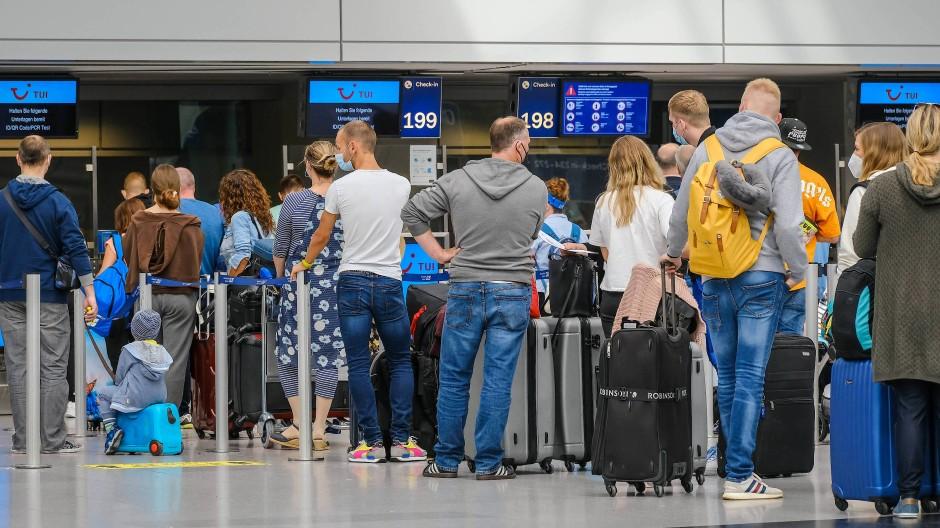 Wer fliegt, muss geimpft oder getestet sein – gilt das bald für alle Reiserückkehrer?