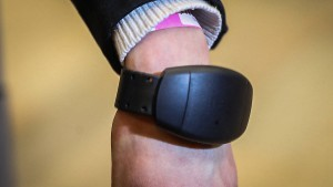 Elektronisches Armband statt Corona-Hotel