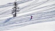 Ein Skifahrer auf der Piste im Skigebiet Flachau-Wagrain-St. Johann im Februar 2019.