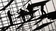 Schwarzarbeit auf dem Bau: Polizei und Mitarbeiter des Zoll gehen gegen einen kriminellen Familienclan vor. (Symbolbild)