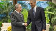 Barack Obama bei einem Treffen mit dem kubanischen Präsidenten Raul Castro