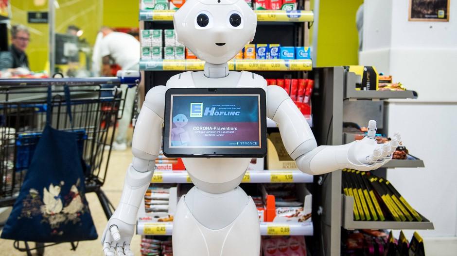 """Roboter """"Prepper"""" weist die Kunden in einem schleswig-holsteinischen Supermarkt auf die Verhaltensregeln hin."""