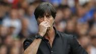 Wird sich wohl auf absehbare Zeit Hand-in-der-Hose-Kommentare anhören dürfen: Bundestrainer Joachim Löw.