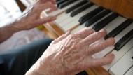 Erfülltes Leben: Eine alleinstehende Seniorin und ihre Liebe zur Musik.