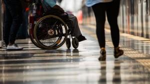 Rollstuhlfahrer auf Gleise geschoben