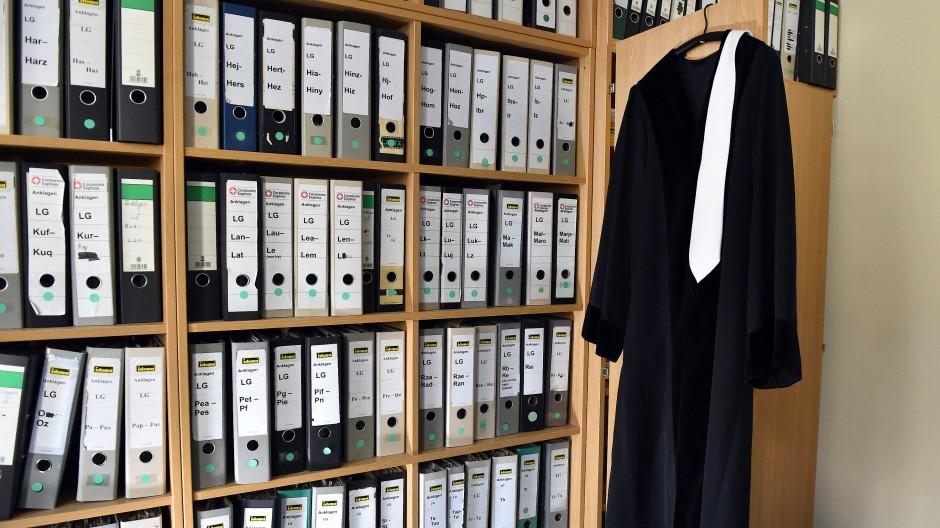 Trotz Digitalisierung und elektronischer Akte müssen Nachwuchsrichter und Staatsanwälte weiter vor allem mit Papier arbeiten.
