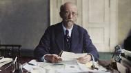 Der Sozialdemokrat Philipp Scheidemann (1865-1939) an seinem Schreibtisch. Kolorierte Aufnahme, um 1925.