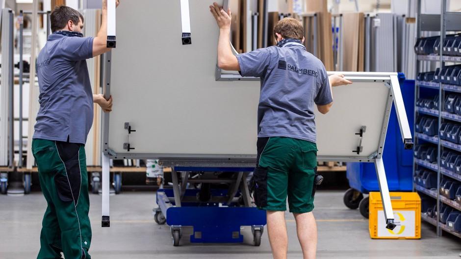 Mittelständische Unternehmen, wie hier ein Büromöbelhersteller aus Mecklenburg-Vorpommern, machen fast 90 Prozent aller Firmen in Deutschland aus.