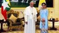 Setzt sich für Minderheiten ein: Papst Franziskus mit Aung San Suu Kyi