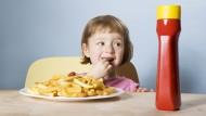Schnitzel mit Pommes, Würstchen mit Pommes oder einfach Pommes mit Ketchup: Deutsche Kindergerichte sind sehr phantasielos gehalten.