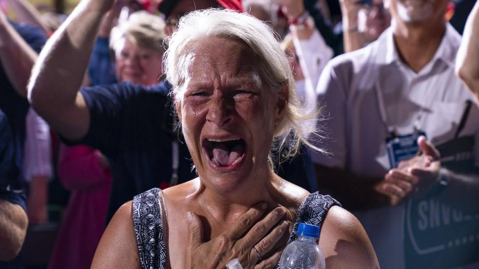 Ist die Dame entzückt oder entsetzt? Das Mienenspiel exaltierter Zeitgenossen wie dieser Anhängerin von Donald Trump ist mitunter schwer zu deuten.
