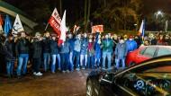 Kein Durchkommen: Demonstranten blockieren den Ausgang des polnischen Parlaments.