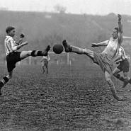 Fußball fasziniert: Bei einem Spiel auf der Hohen Warte in Wien. Um 1925.