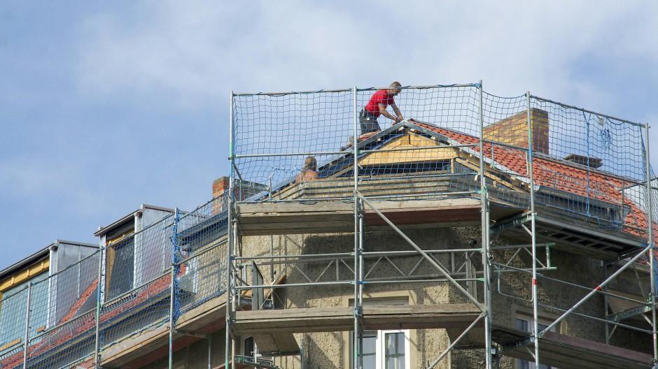 Schaffe, schaffe, Häusle renoviere: Für manchen Immobilienbesitzer zahlt sich die Investition in Modernisierung aus.