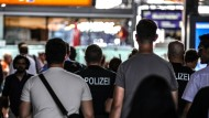 Erhöhtes Sicherheitsbedürfnis: Polizisten auf Streife am Dienstag in Frankfurter Hauptbahnhof.