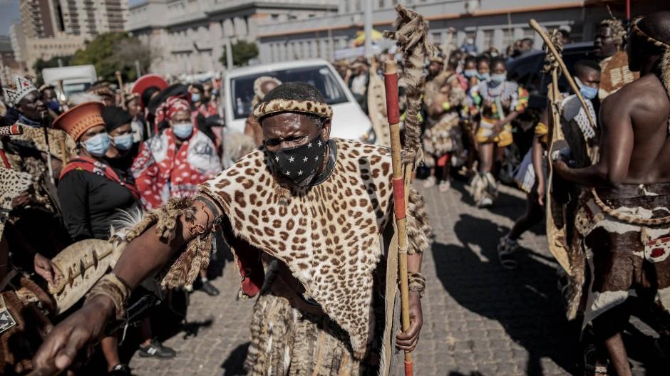 Trauerzug: In Johannesburg nahmen am Freitag Tausende Abschied von der verstorbenen Queen Mantfombi Dlamini Zulu.