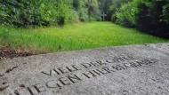 Eine Steinplatte erinnert an die vielen ermordeten Kinder und Jugendlichen.
