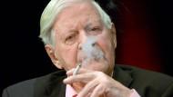Rauchen als Markenzeichen: Egal wie man zu Helmut Schmidt stand – dass er Charisma besaß, dürfte niemand bestreiten.