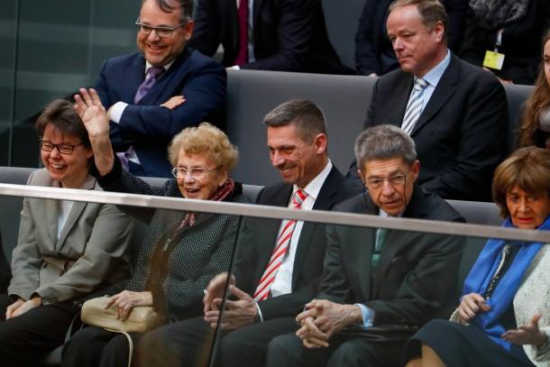 Die Mutter der Kanzlerin Herlin Kasner (2. v. l.) und ihr Ehemann Joachim Sauer (2. v. r.) schauen auf der Besuchertribüne des Bundestags zu.