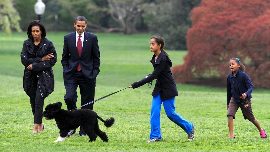 Familie Obama mit ihrem Hund Bo im Jahr 2009