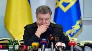 Der ukrainische Präsident Petro Poroschenko befiehlt seinen Truppen in einer Live-Übertragung im Fernsehen die Einstellung der Gefechte.