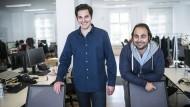 Christian Bertermann (dunkelblaues Hemd) und Hakan Koç sind die Gründer von Auto1, einem Unternehmen in Berlin mit 400 Mitarbeitern.